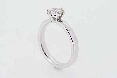 Ring aus 750er-Weißgold mit Diamant