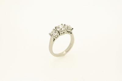 Ring aus Platin mit Diamanten