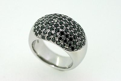 Ring aus Weißgold mit schwarzen Brillanten