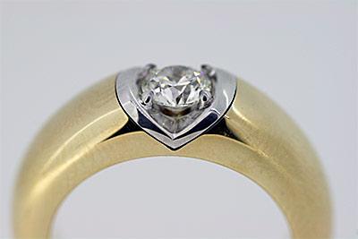 Ring aus Gelbgold mit eingefasstem Diamant